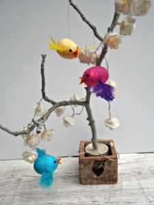 For this month's craft, we decided to make a pretty little flying bird. It's easy peasy & they look great so we made more